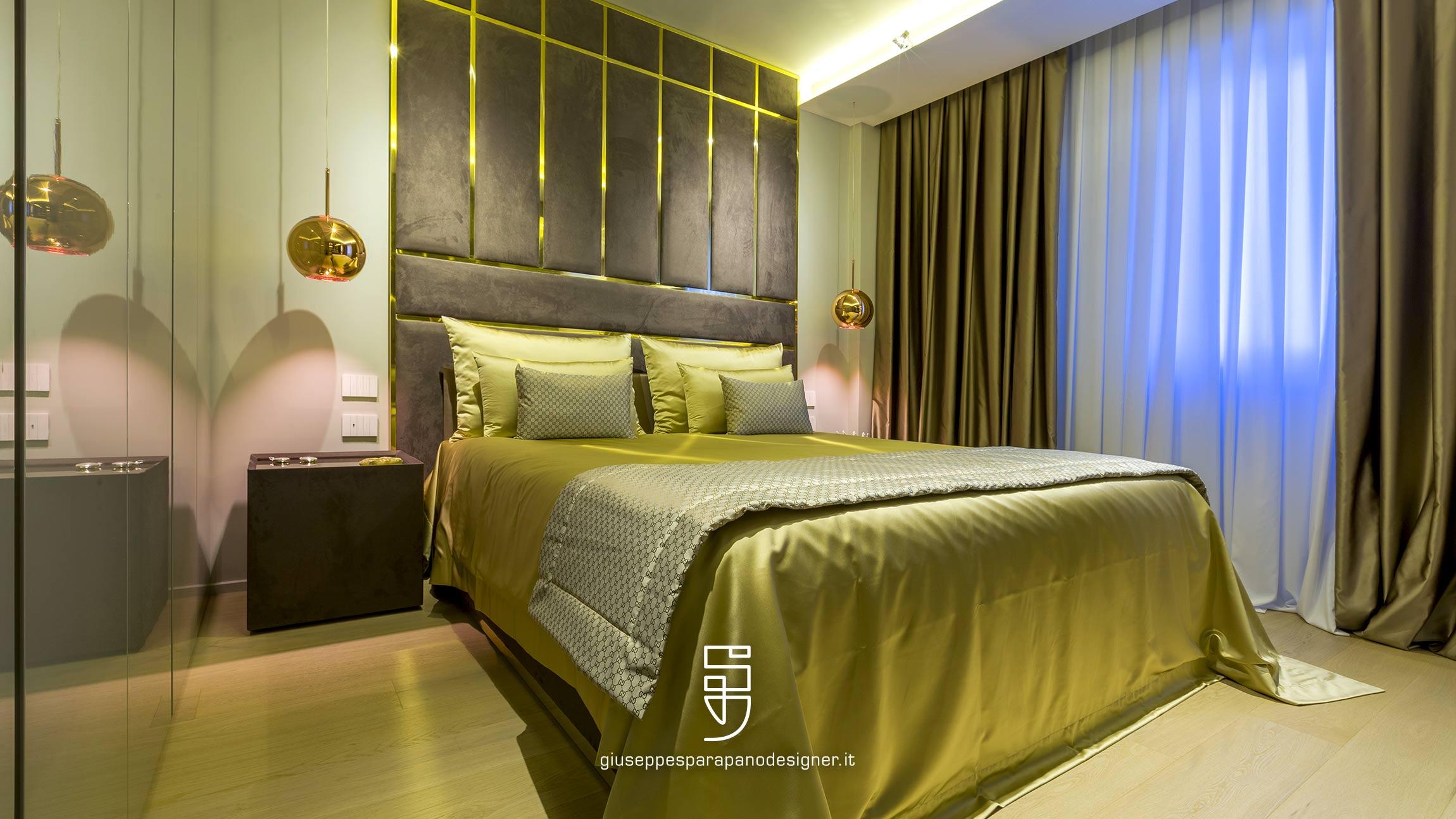 camera da letto con testata decorata rivestita in nabuk con specchi