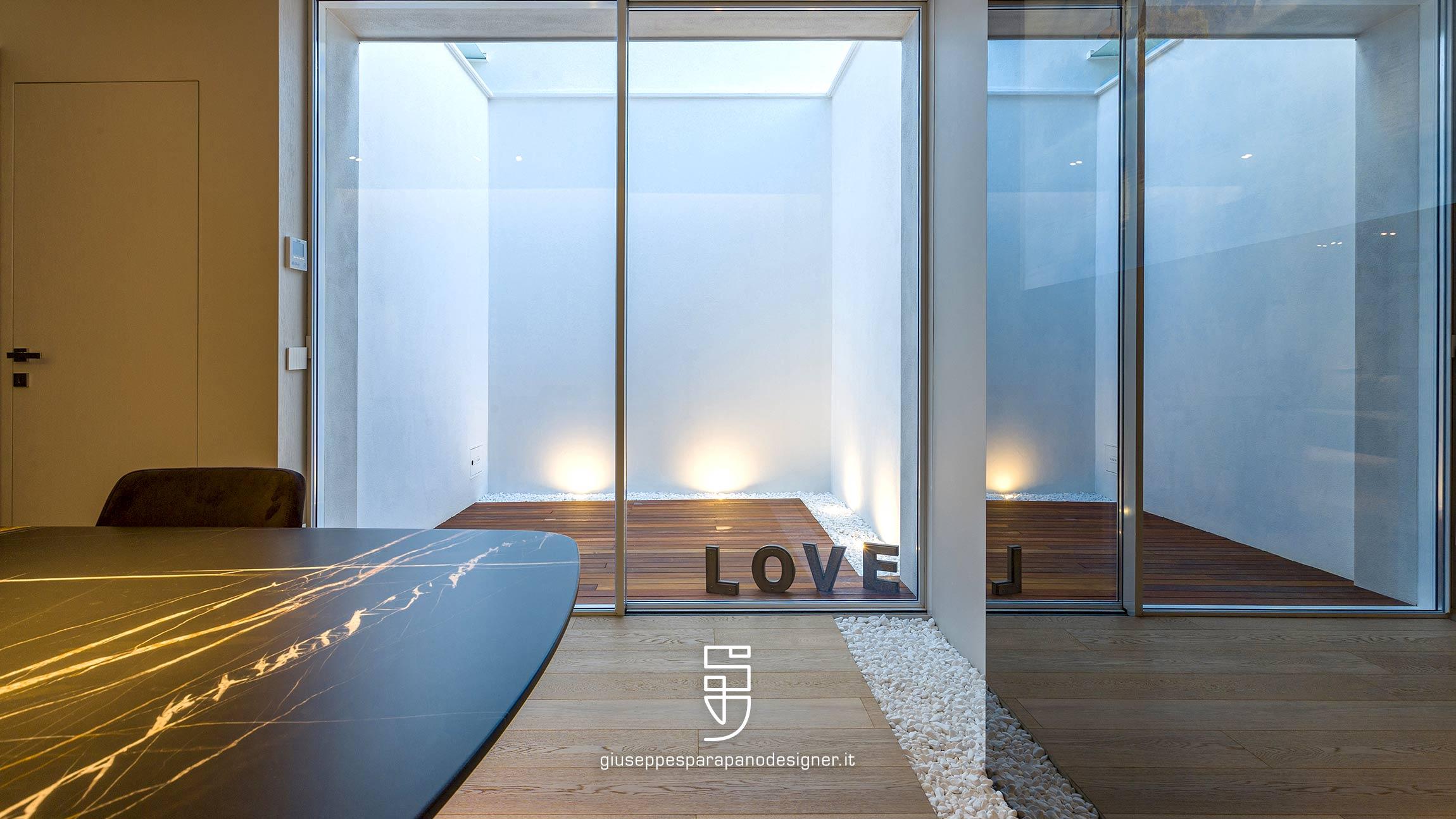 Lucernaio con parquet per esterni, infissi minimal con profili in alluminio e luce Led per esterno viabizzuno