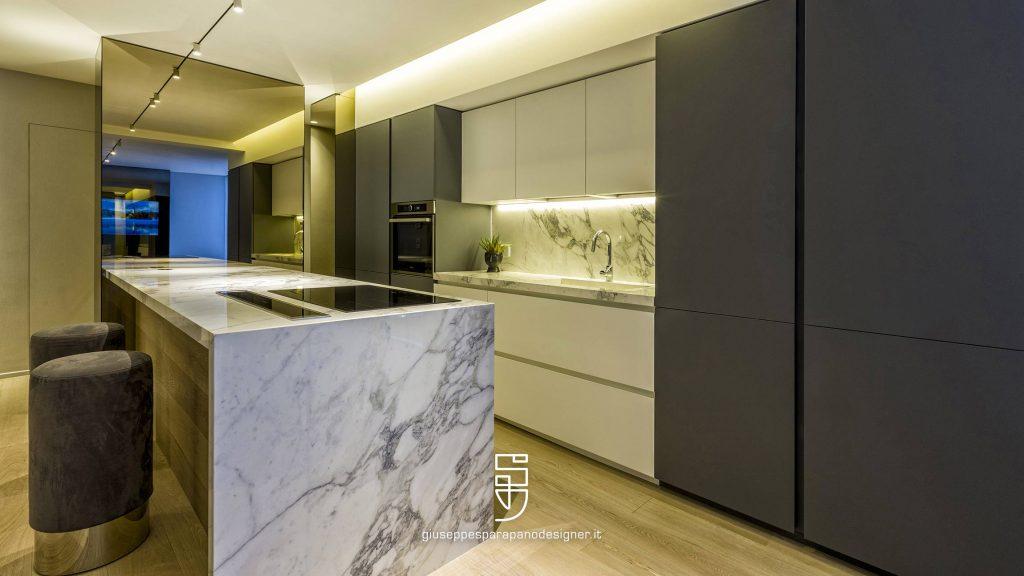 cucina su misura con isola rivestita in kerlite arabescato