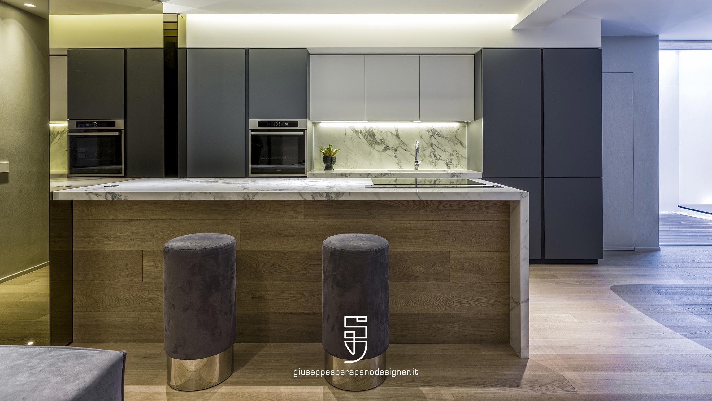 cucina con isola rivestita in parquet colore naturale rovere spazzolato e sgabelli rivestiti in Nabuk