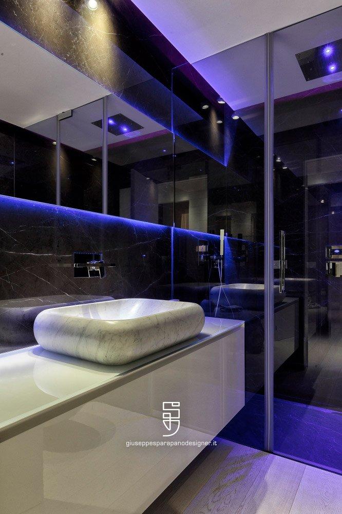 bagno rivestito con specchi