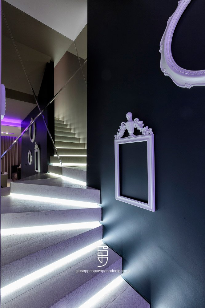 parete scale rivestita con specchi a rombo