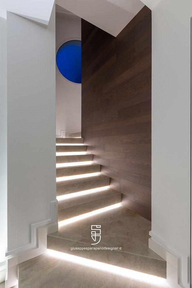 scala con parete in legno