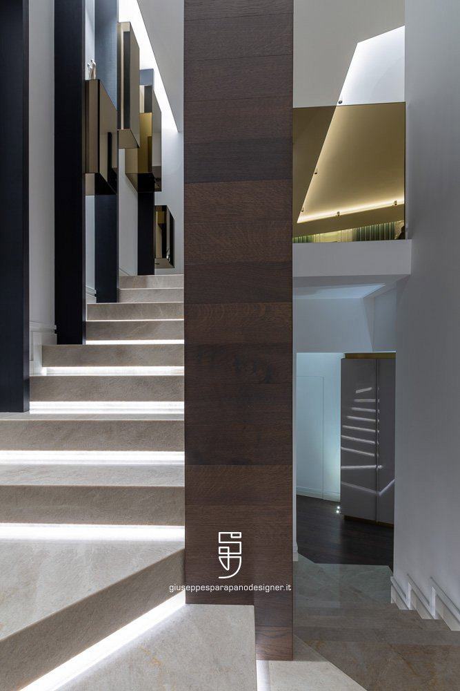 pilastro scala rivestito in parquet